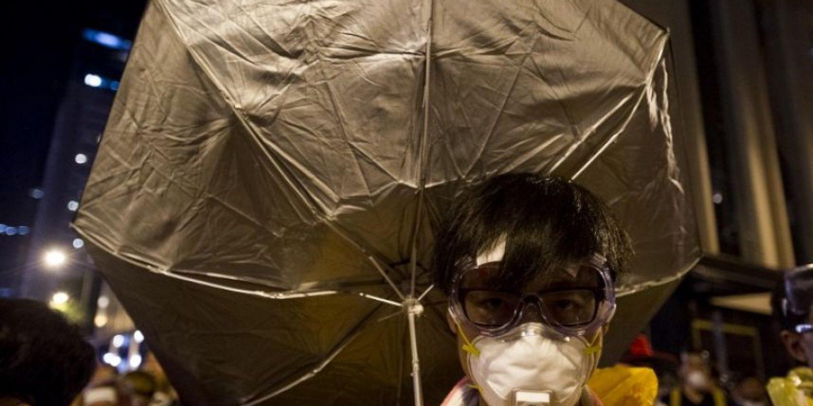 Han utilizado los paraguas para su protección de la lluvia, del sol y de los gases de la policía Foto:AFP