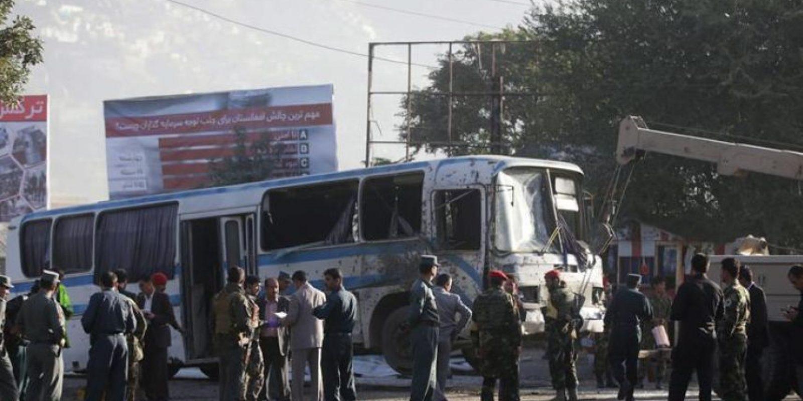 Oficiales de seguridad afganos asisten hoy, miércoles 1 de octubre de 2014, al lugar donde se presentó un ataque suicida con bomba contra la Armada Nacional de Afganistán, en Kabúl (Afganistán). Al menos tres soldados murieron mientras otros siete fueron reportados heridos. EFE