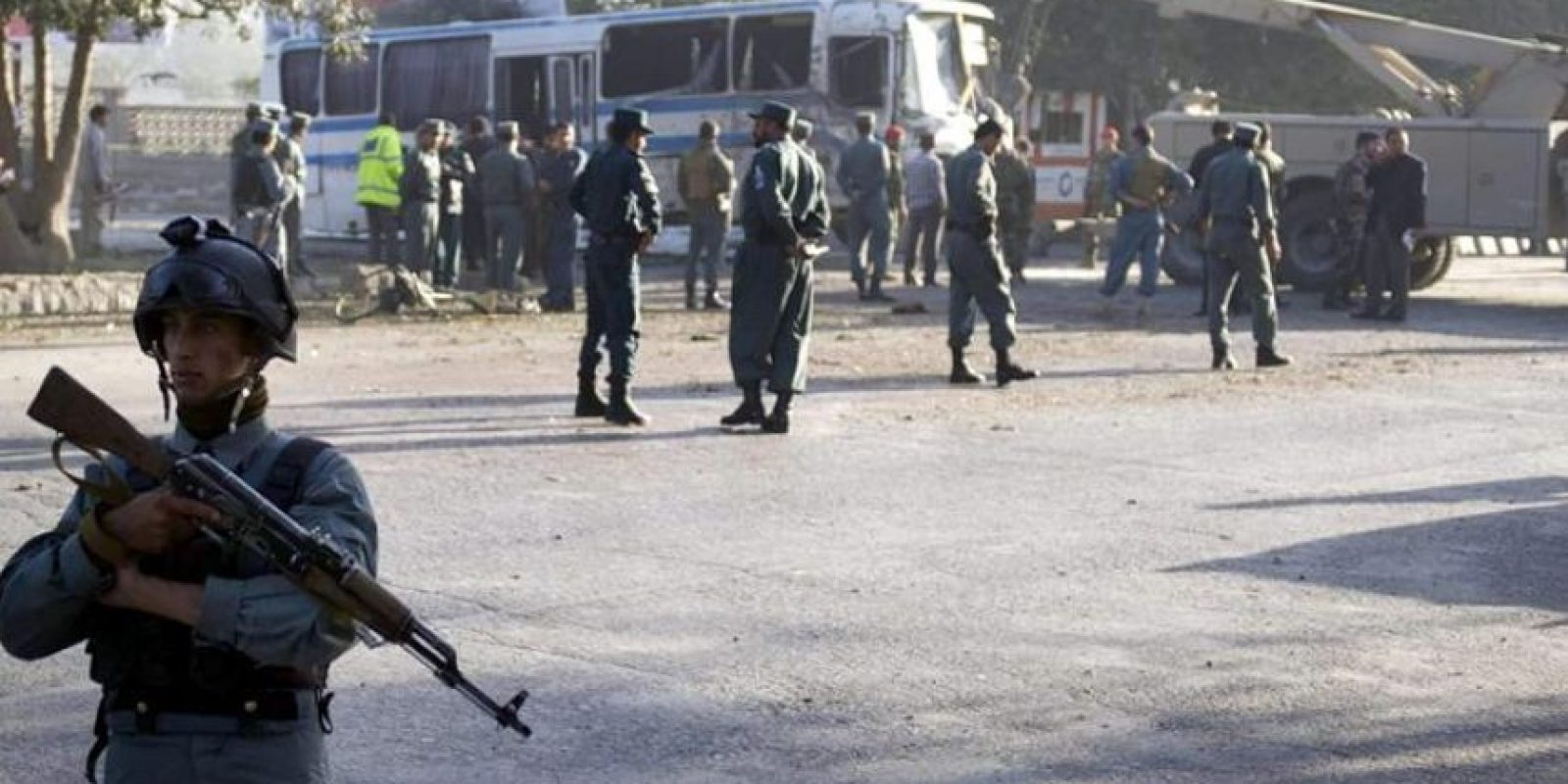 Oficiales de seguridad afganos prestan guardia hoy, miércoles 1 de octubre de 2014, en el lugar donde se presentó un ataque suicida con bomba contra la Armada Nacional de Afganistán, en Kabúl (Afganistán). Al menos tres soldados murieron mientras otros siete fueron reportados heridos. EFE