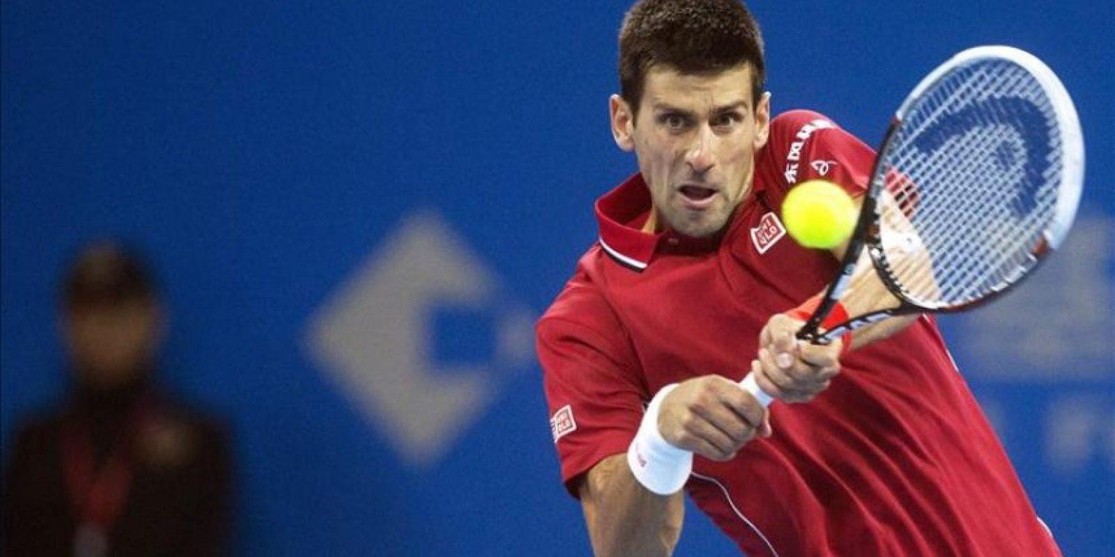 El tenista serbio Novak Djokovic golpea la bola contra el canadiense Vasek Pospisil durante un partido del torneo de tenis de Pekín (China) hoy, miércoles 1 de octubre de 2014. EFE