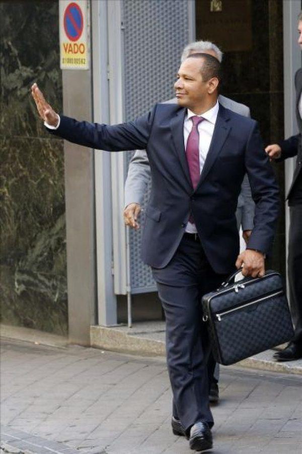El padre del jugador del FC Barcelona Neymar Jr, Neimar da Silva Sr, a la salida de la Audiencia Nacional donde el juez Ruz le ha interrogado como testigo, junto al director financiero del FC barcelona, Néstor Lamela, acerca del contrato del delantero brasileño del que se investiga un presunto delito de apropiación indebida por parte del expresidente Sandro Rosell y un delito fiscal del club cifrado en 9,1 millones. EFE