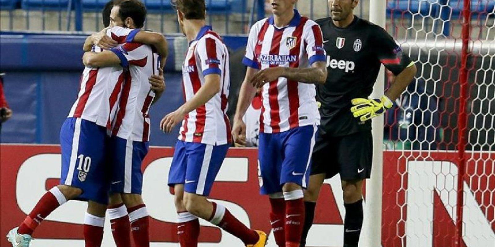 Los jugadores del Atlético de Madrid felicitan a Arda Turan (i) tras marcar ante la Juventus, durante el partido de la segunda jornada de la fase de grupos de la Liga de Campeones que disputaron en el estadio Vicente Calderón, en Madrid. EFE