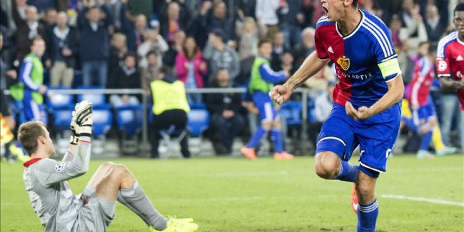Marco Streller (d) del Basilea celebra su gol ante el Liverpool durante un partido del Grupo B de la Liga de Campeones de la UEFA en el estadio St. Jakob-Park de Basilea (Suiza). EFE