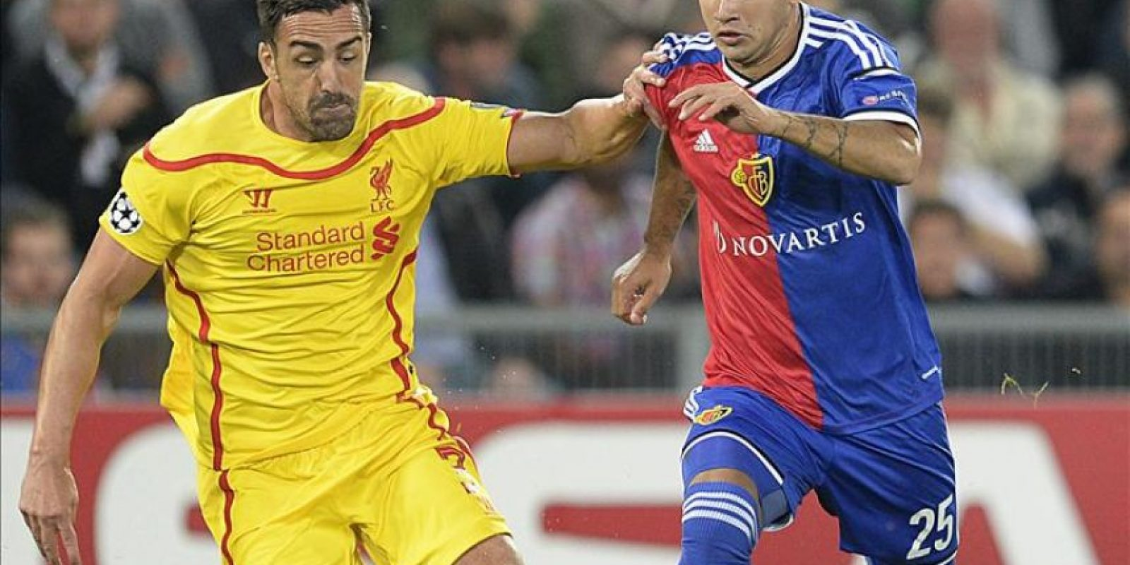 José Enrique (i) del Liverpool ante Derlis González (d) del Basilea durante un partido del Grupo B de la Liga de Campeones de la UEFA en el estadio St. Jakob-Park de Basilea (Suiza). EFE