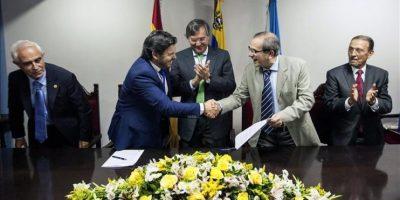 El secretario general de Empleo de la Xunta de Galicia, Antonio Rodríguez Miranda (2i), saluda a Francisco Gonzalez Otero (2d), presidente de España Salud, tras la firma de un convenio en la sede de la Hermandad Gallega de Caracas (Venezuela). EFE