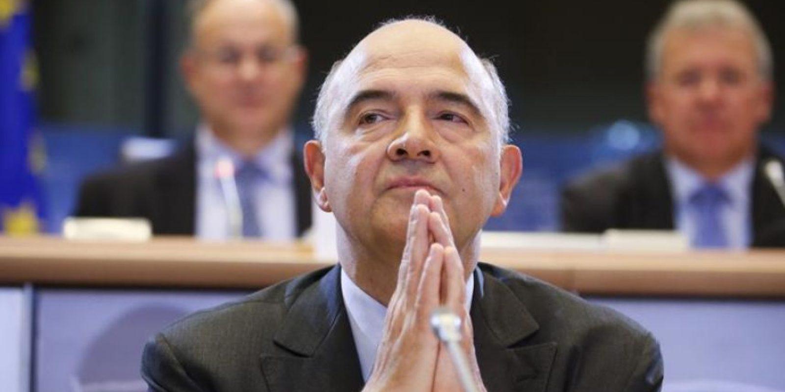 El candidato a comisario europeo de Asuntos Económicos y Monetarios, Pierre Moscovici, asiste hoy a la comisión parlamentaria de idoneidad para el cargo celebrado en el Parlamento Europeo en Bruselas, Bélgica. EFE