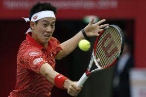 El tenista japonés Kei Nishikori devuelve la bola al estadounidense Donald Young durante su partido de segunda ronda del torneo de tenis de Tokio (Japón) hoy, jueves 2 de octubre de 2014. EFE