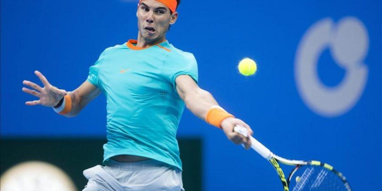 El tenista español Rafael Nadal devuelve la bola al alemán Peter Gojowczyk durante su partido de segunda ronda del torneo de tenis de Pekín (China) hoy, jueves 2 de octubre de 2014. EFE