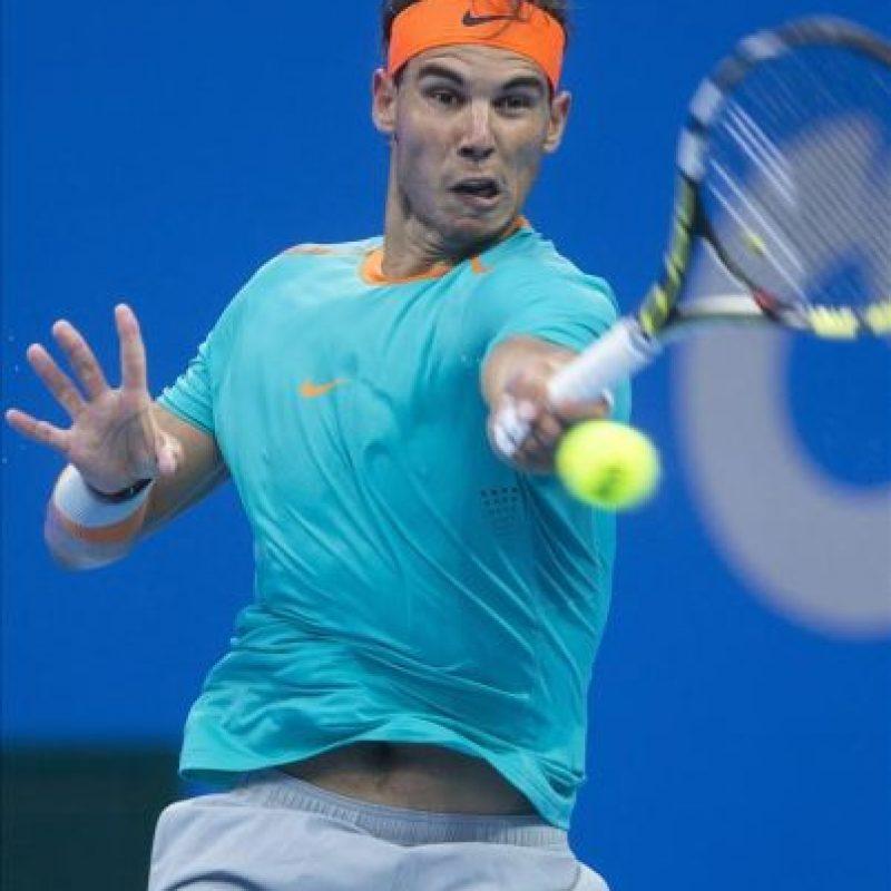 El tenista español Rafael Nadal devuelve una bola al alemán Peter Gojowczyk durante el torneo de tenis de Pekín (China). EFE