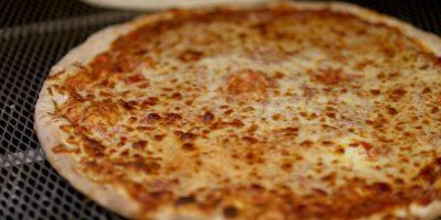 A continuación, seguir añadiendo capas de masa , pepperoni y queso hasta llegar a la parte superior del molde. Foto:Getty Images