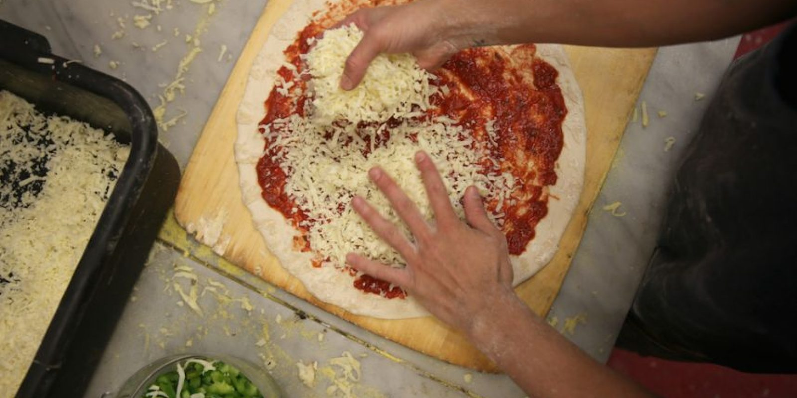 Colocar los ingredientes, se recomienda que sea pepperoni. Foto: Getty Images