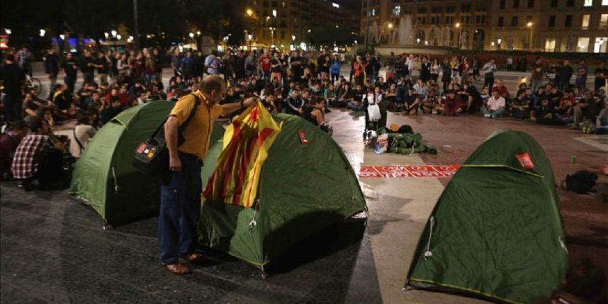 La policía retira las tiendas de la acampada a favor del 9N en Barcelona