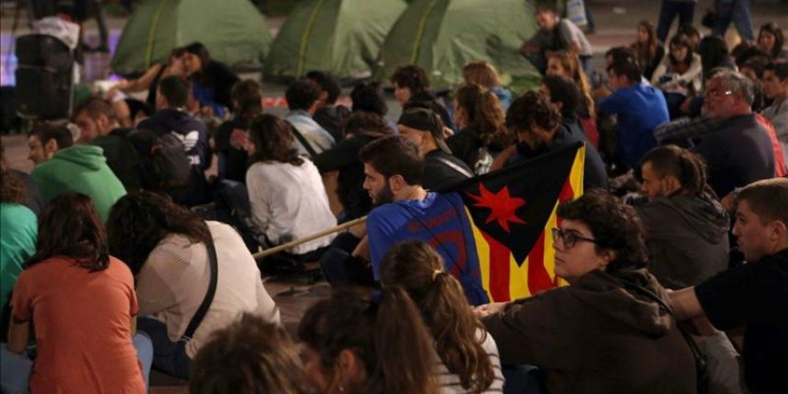 Los manifestantes, que han recorrido esta tarde el centro de Barcelona contra la decisión del Tribunal Constitucional de suspender la consulta soberanista convocada para el 9 de noviembre, esperan en la plaza Catalunya de la ciudad condal para decidir si acampan o no. EFE