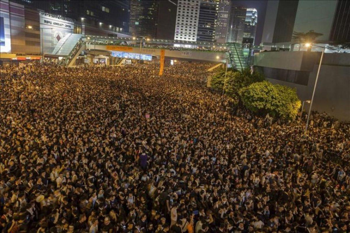 Miles de personas se manifiestan a favor de la democracia en la zona de Mong Kok. Las protestas prodemocráticas se están extendiendo hoy en Hong Kong, con muchedumbres cada vez más numerosas en varios puntos de la ciudad, mientras la policía ha adoptado una actitud pasiva, sin intentar disolver las concentraciones. EFE