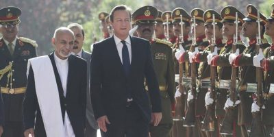 El primer ministro británico, David Cameron (d), y el nuevo presidente afgano, Ashraf Ghani, pasan revista a la guardia de honor durante la ceremonia de bienvenida celebrada en el Palacio Presidencial de Kabul, Afganistán. EFE
