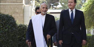 El primer ministro británico, David Cameron (d), y el nuevo presidente afgano, Ashraf Ghani, se dirigen hacia una rueda de prensa en el Palacio Presidencial de Kabul, Afganistán. EFE