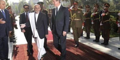 El primer ministro británico, David Cameron (c-d), y el nuevo presidente afgano, Ashraf Ghani (c-i), durante la ceremonia de bienvenida celebrada en el Palacio Presidencial de Kabul. EFE