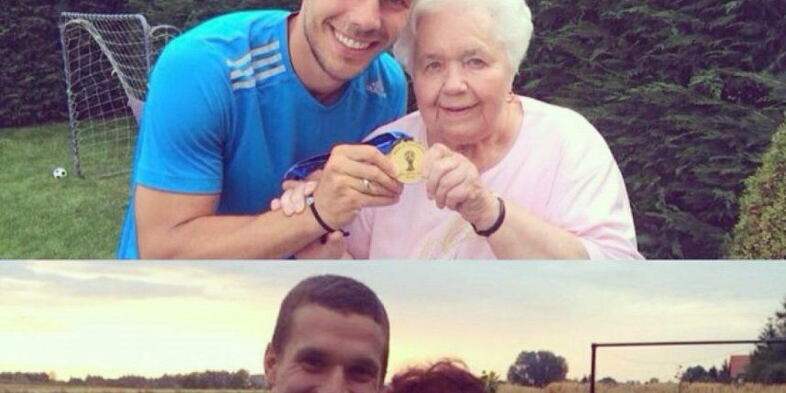 Con sus abuelas mostrando la medalla de campeón del mundo Foto:Instagram: @poldi_official