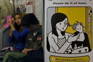 Maquillarse en el bus lo hacen en todos lados. Y es igual de mal visto. Foto:Tumblr