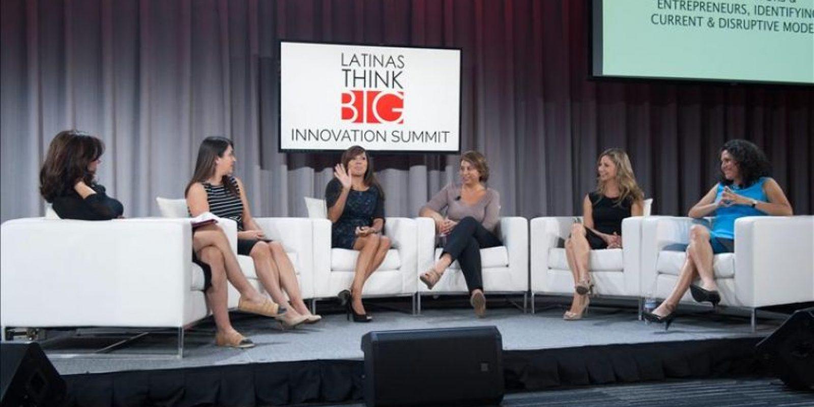 """(De izq. a dcha.) Andrea Gueldenman, Luz Rivas, Ileana Rivera, Sylvia Flores, Laura Chicurel y Sylvia Vasquez-Lavado hablan durante su participación en una conferencia de alto nivel convocada por """"Latinas Think Big"""" (""""Las latinas piensan a lo grande""""), en la sede de Google en Mountain View, California (EE.UU.). EFE"""