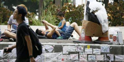Partidarios del movimiento democrático en Hong Kong, permanecen hoy en los alrededores de las oficinas gubernamentales de esta ciudad. EFE