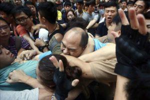 Enfrentamientos entre partidarios y opositores a las protestas prodemocráticas en Hong Kong, hoy. EFE