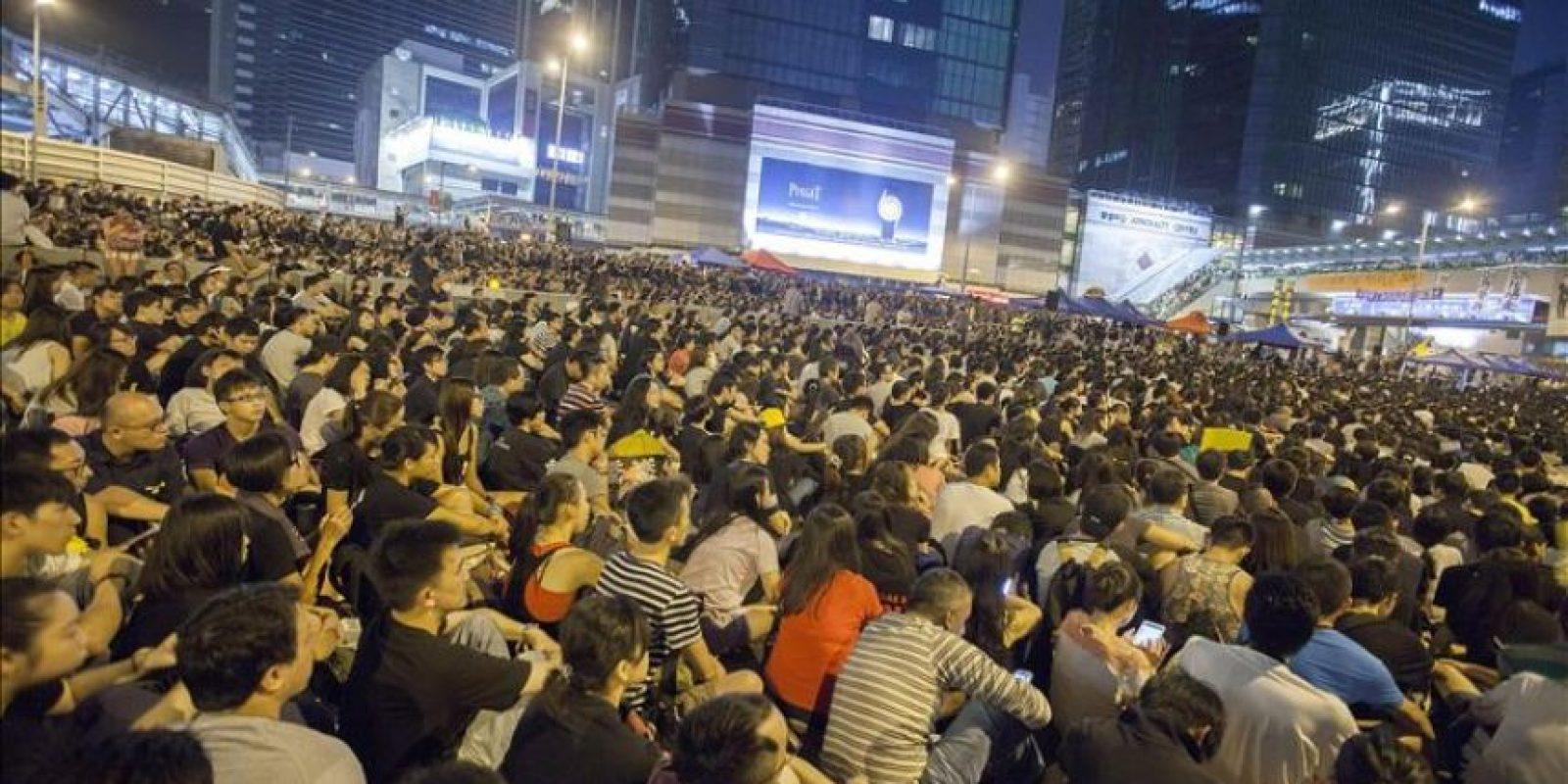Los estudiantes prodemocracia de Hong Kong han obviado las advertencias del Gobierno local para que abandonen las calles y celebran una multitudinaria reunión en la zona de Admiralty, en los alrededores de la sede del Ejecutivo. EFE