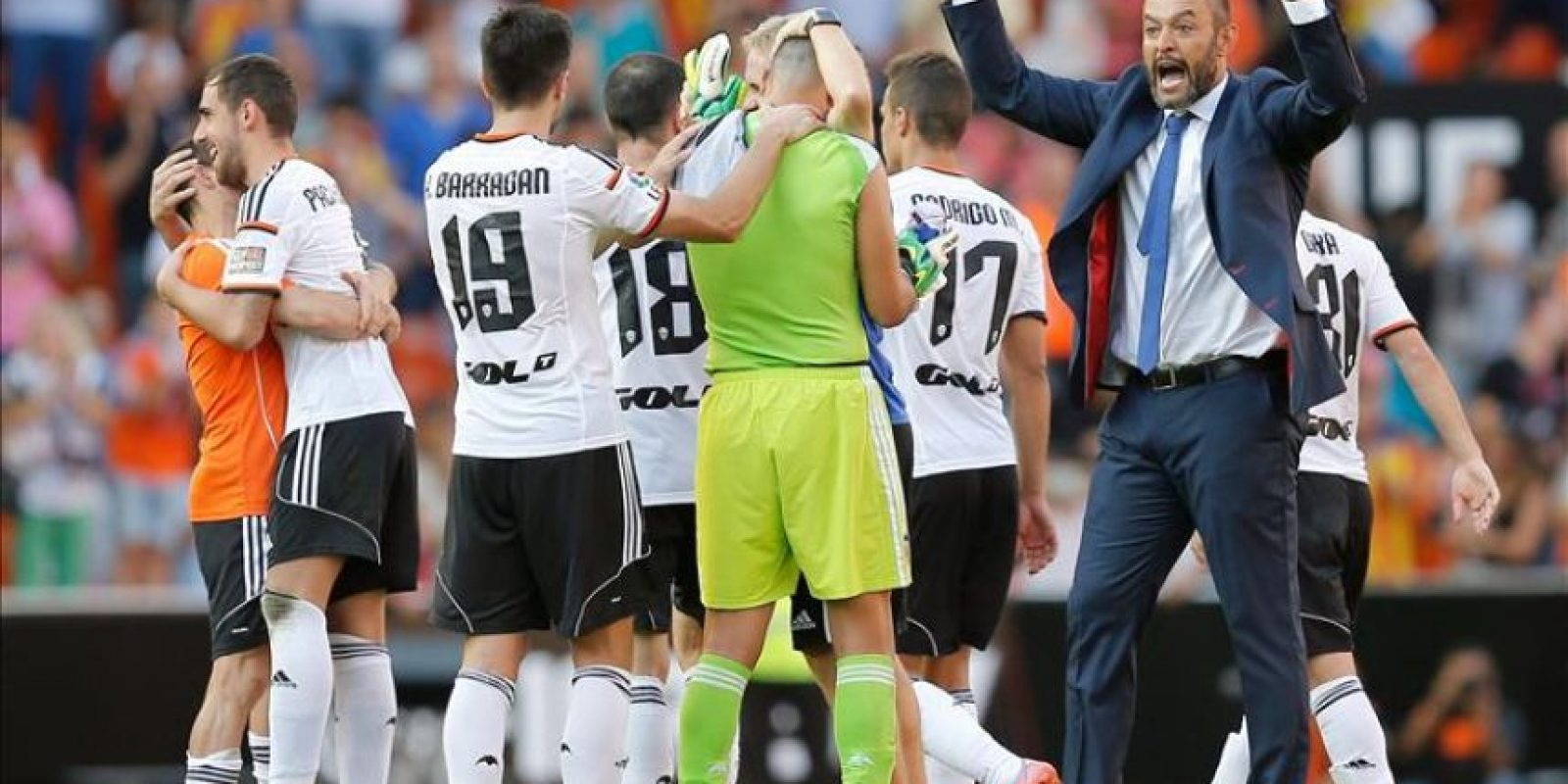 El entrenador del Valencia, el portugués Nuno Espirito Santo, celebra con sus jugadores la victoria ante el Atlético de Madrid, de la séptima jornada de liga en Primera División que se disputó en el estadio de Mestalla, en Valencia. EFE
