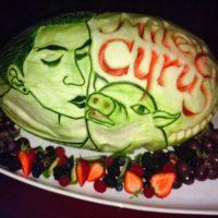 """El amor entre Miley y """"Bubba Sue"""" es tan grande que incluso fue plasmado en una sandía. Foto:Instagram"""