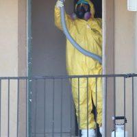 Trabajos de limpieza en el departamento del primer hombre infectado con Ébola en Estados Unidos Foto:Getty Images