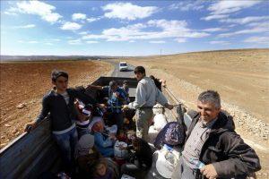 Varios refugiados sirios se dirigen en camión de la frontera turco-siria, próximo a Sanliurfa (Turquía)EFE/Archivo
