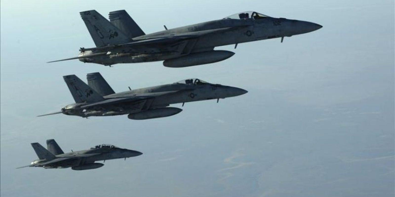 Fotografía facilitada por el Departamento de Defensa de EE. UU. (DoD) de varios aviones de combate F-18E Super Hornets de la Marina estadounidense tras repostar en el aire en el norte de Irak. EFE/Archivo