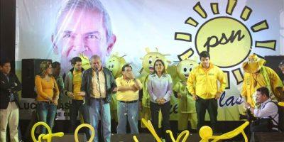 El exalcalde de Lima y candidato Luis Castañeda fue registrado este domingo al saludar a sus seguidores, luego de darse a conocer los resultados de las elecciones, en Lima (Perú). EFE