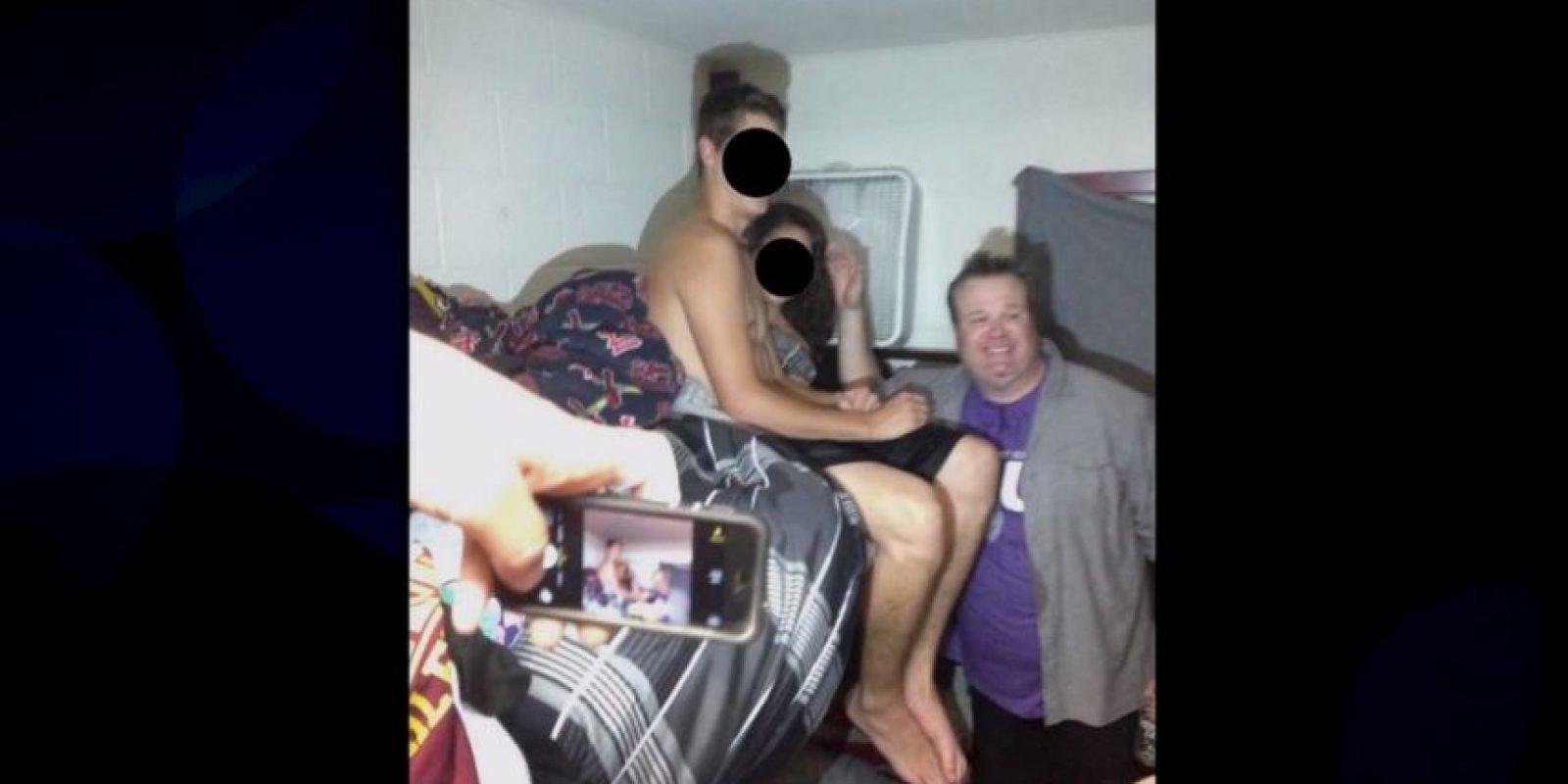 También esperaron a que la mujer se vistiera y volvieron a tomarse fotos con ella, pero esas fotos no las publicaron Foto:TeamCoco vía Youtube
