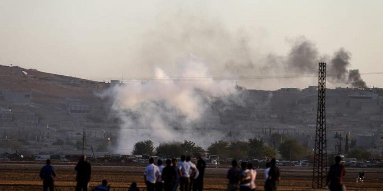Fotografía hecha ayer desde Turquía que muestra una columna de humo tras un ataque aéreo de las tropas aliadas contra posiciones del Estado Islámico (EI) en el este de la ciudad siria de Kobani. EFE