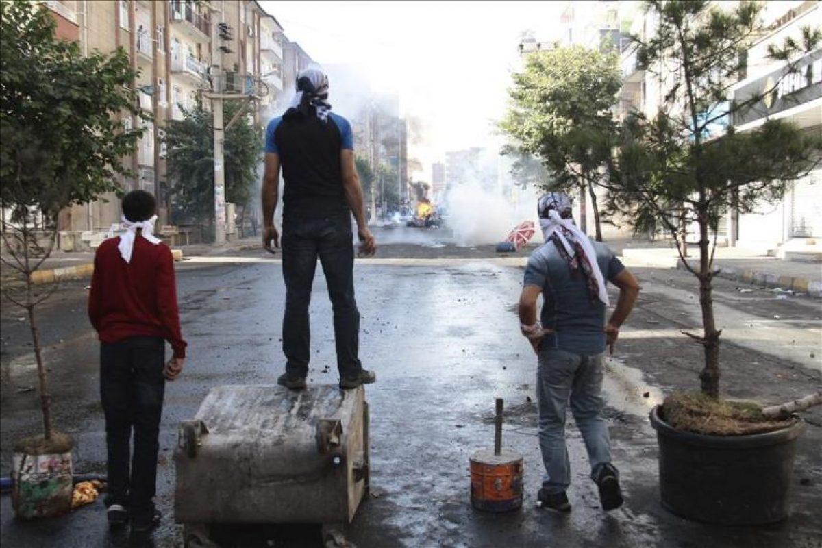 Fotografía facilitada hoy en la que varios manifestantes se enfrentan a la policía antidisturbios durante una protesta contra el Estado Islámico (EI) en Diyarbakir, en el sureste de Turquía. EFE