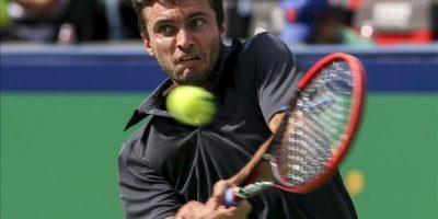 El tenista francés Gilles Simon devuelve la bola al suizo Stanislas Wawrinka durante un partido de segunda ronda del torneo de tenis de Shanghái (China) hoy, miércoles 8 de octubre de 2014. EFE