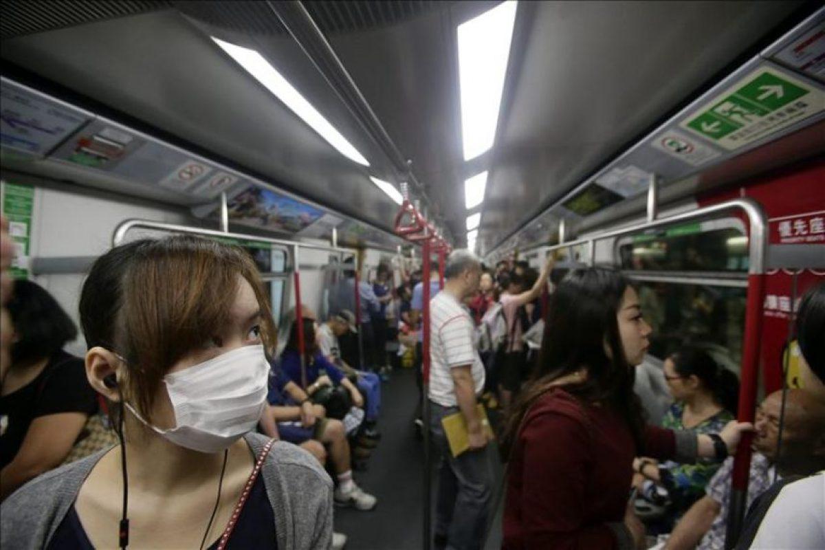 Varios residentes se trasladan este miércoles en metro mientras continúa el movimiento de desobediencia civil Occupy Central en Admiralty, Hong Kong (China). EFE
