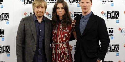 """El director noruego Morten Tyldum posa junto a los actores Keira Knightley y Benedict Cumberbatch posan durante la presentación de su película """"El juego de la imitación"""" durante el festival de cine de Londres. EFE"""