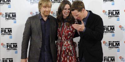 """El director noruego Morten Tyldum (i) posa junto a los actores Keira Knightley (c) y Benedict Cumberbatch posan durante la presentación de su película """"El juego de la imitación"""" durante el festival de cine de Londres. EFE"""