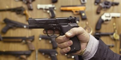 El hombre se dio un disparo en la cabeza y garganta. Foto:Getty Images
