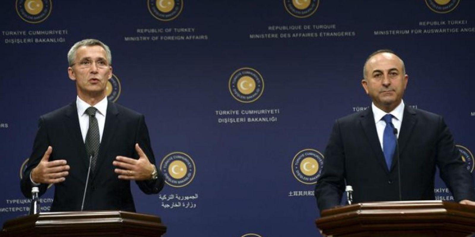 El nuevo secretario general de la OTAN, Jens Stoltenberg (i), el ministro turco de Exteriores, Mevlut Cavusoglu, comparecen en rueda de prensa tras su reunión hoy en Ankara (Turquía). EFE