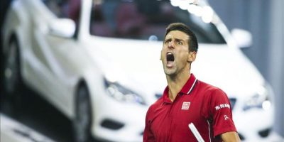 El tenista serbio Novak Djokovic celebra su victoria ante el kazajo Mikhail Kukushkin por 6-3, 4-6 y 6-4 durante el partido de tercera ronda del Másters 1.000 de Shanghái (China), hoy, jueves 9 de octubre de 2014. EFE