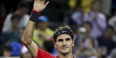 El tenista suizo Roger Federer celebra su victoria por por 6-4 y 6-2 al español Roberto Bautista Agut durante el partido de tercera ronda del Másters 1.000 de Shanghái (China), hoy, jueves 9 de octubre de 2014. EFE