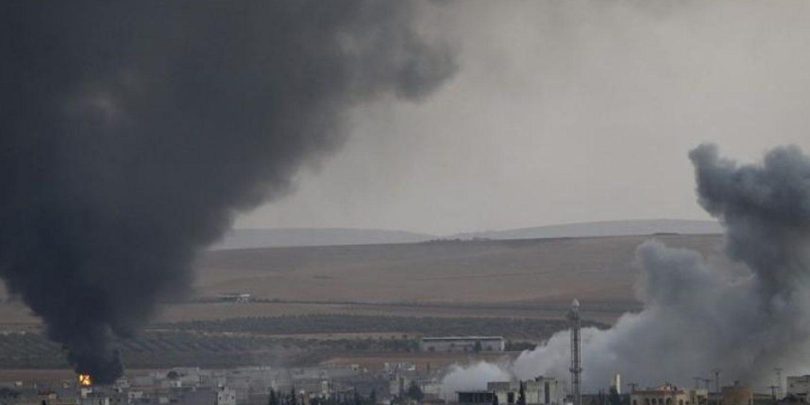 Imagen sacada desde territorio turco, específicamente en Sanliurfa, Turquía, hoy, que muestra el humo causado por un ataque de la aviación aliada ante fuerzas del Estado Islámico en la localidad de Kobani, Siria. EFE
