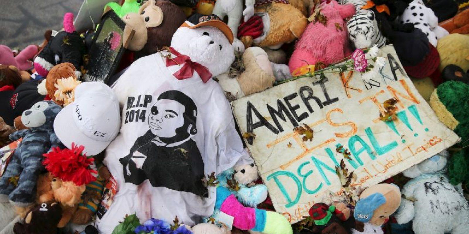 Brown es el joven de negro que murió a manos de un policía. Foto:Getty