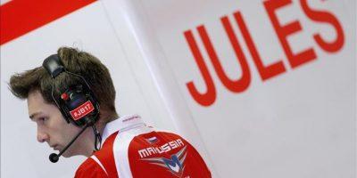 Un miembro de Marussia F1, escudería del malogrado piloto francés Jules Bianchi, sigue la la primera sesión de entrenamientos libres para el Gran Premio de Formula Uno de Rusia, en Sochi, hoy, viernes 10 de octubre de 2014. EFE