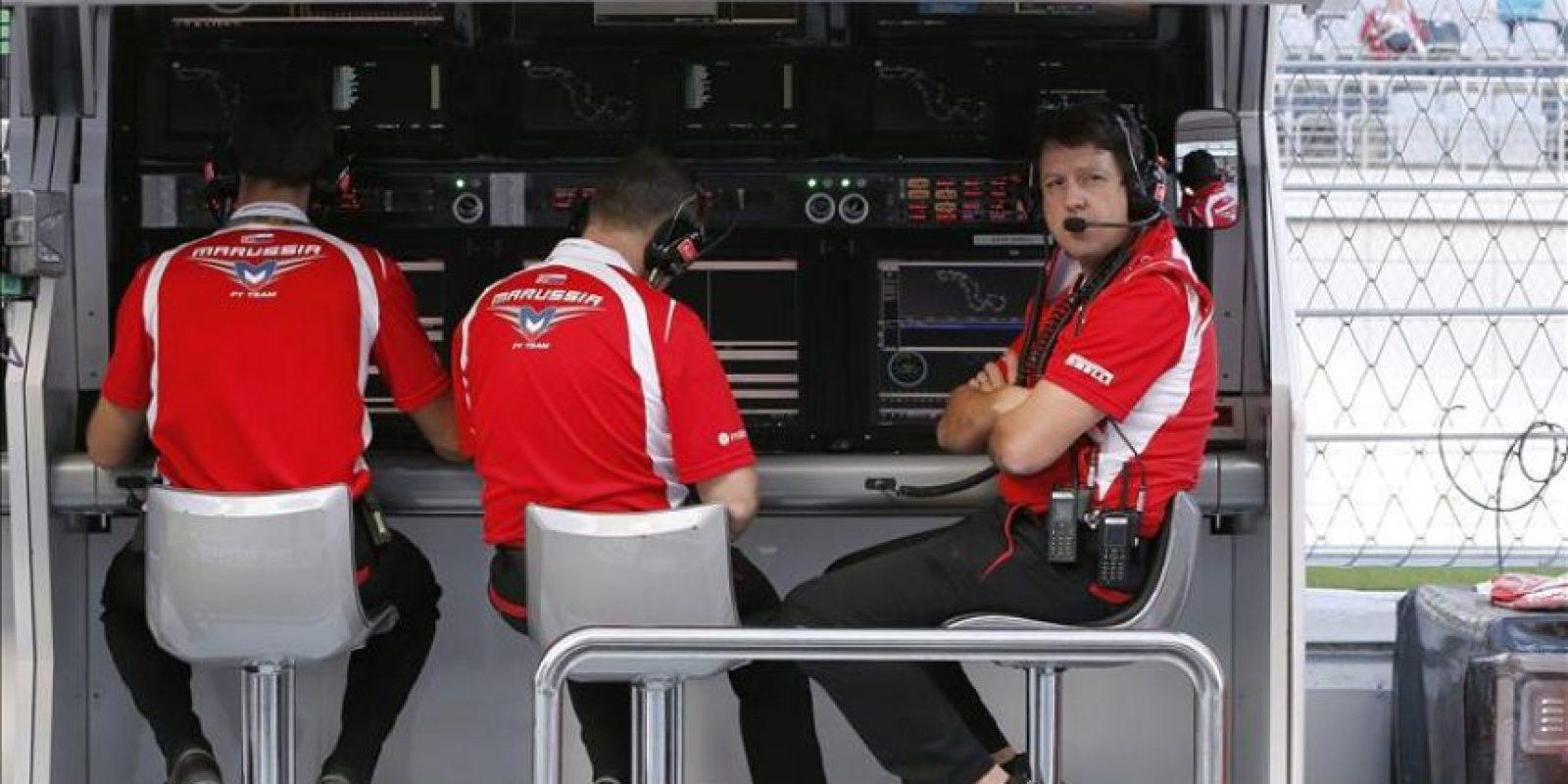 Miembros de la escudería Marussia F1 durante el primer entrenamiento libre para el Gran Premio de Rusia, decimosexta prueba del Mundial de Fórmula Uno, que se disputa en Sochi (Rusia), hoy, viernes 10 de octubre de 2014. EFE