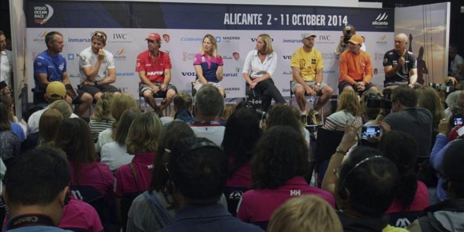 Los capitanes de equipos participantes en la Volvo Ocean Race (de izda. a dcha.) Chris Nicholson (VESTAS); Charles Caudrelier (DONGFENG); Iker Martínez (MAPFRE); Sam Davies (SCA); Ian Walker (ABU DHABI); Charles Enright (ALVIMEDICA); y Bouwe Bekking (BRUNEL), durante la conferencia de prensa que han ofrecido hoy en Alicante. EFE