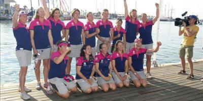El equipo SCA de la Volvo Ocean Race 2014-15, integrado sólo por mujeres, posa para los medios de comunicación junto a la zona de embarque de los equipos participantes. EFE